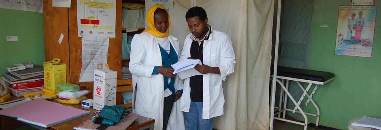 Vroedvrouw en Health Officer in onderzoeksruimte Hula Health Center