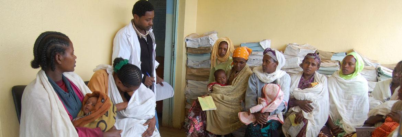 Health Officer stelt vragen aan zwangere vrouwen op consult