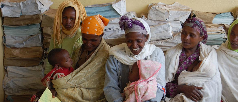 Zwangere vrouwen met babies op zwangeschapsconsult in Hagere Selam