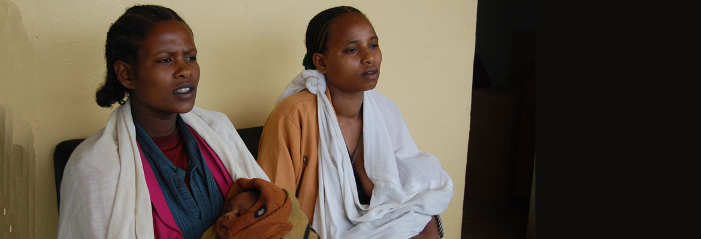 Twee andere zwangere vrouwen met babies op consult in Hagere Selam