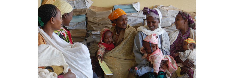 Vijf vrouwen met babies op zwangerschapsconsult in Hagare Selam
