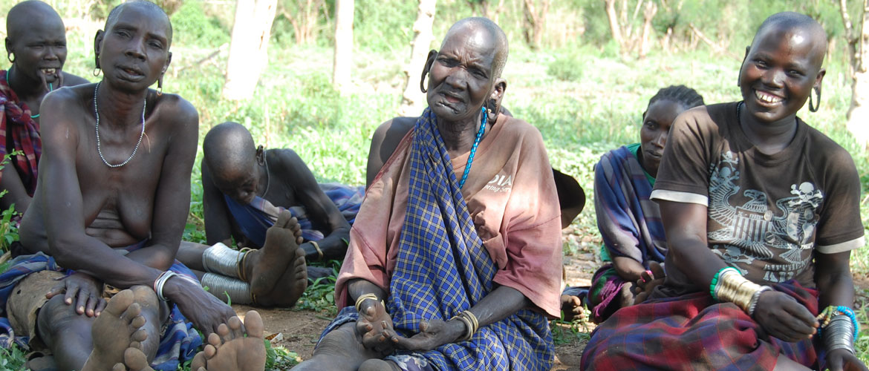 Een andere groep vrouwen wordt vragen gesteld tijdens interview - Makki