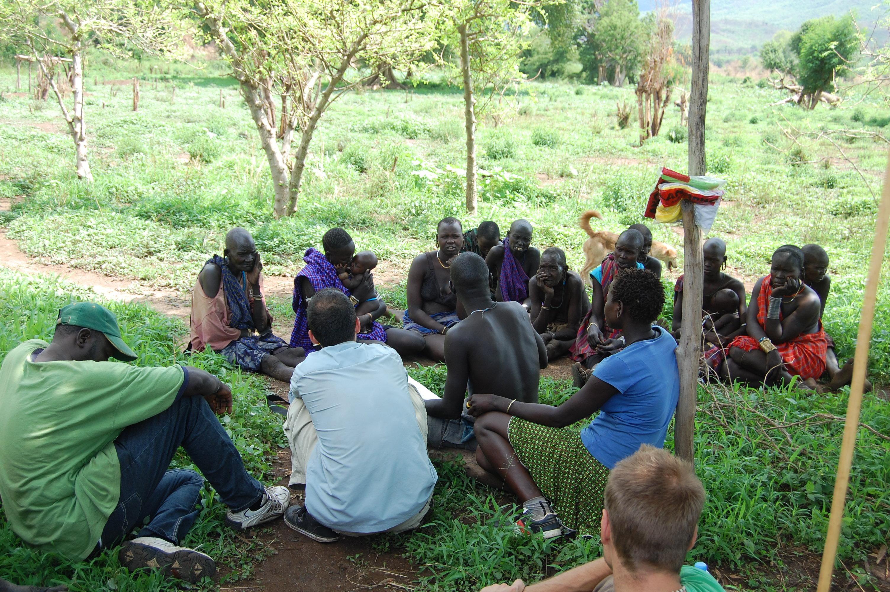Focus Group Interview met drie tolken en groep van 12 vrouwen - Makki Village 04.2011