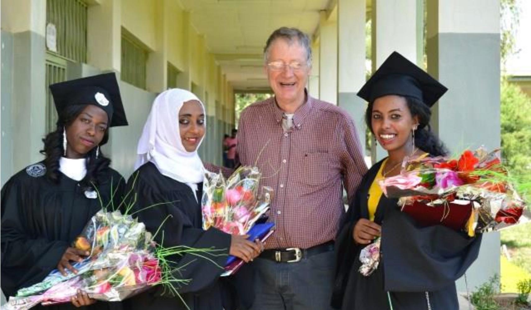 vier studenten studeren af in Aram Miza